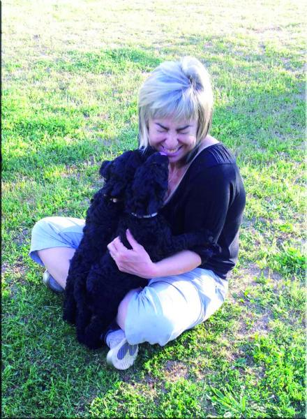 Maribel con un cachorro.